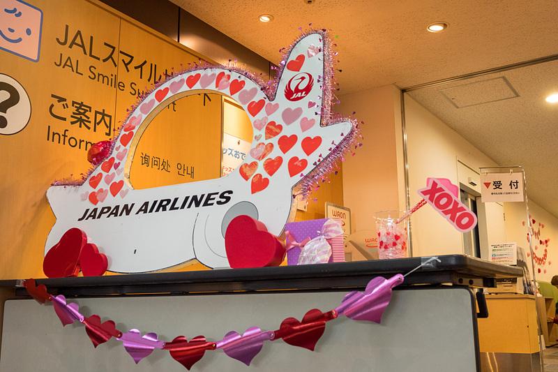 JALスマイルサポートのフォトコーナーもバレンタインデー仕様にデコレーション