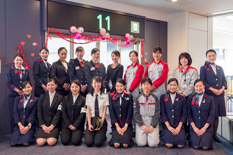 那覇行き便の搭乗口に、飛行機の運航に携わる各社の女性スタッフが集合