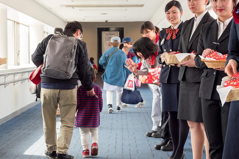 搭乗客に「JALオリジナルデザイン ロッテガーナミルクチョコレート」をプレゼント