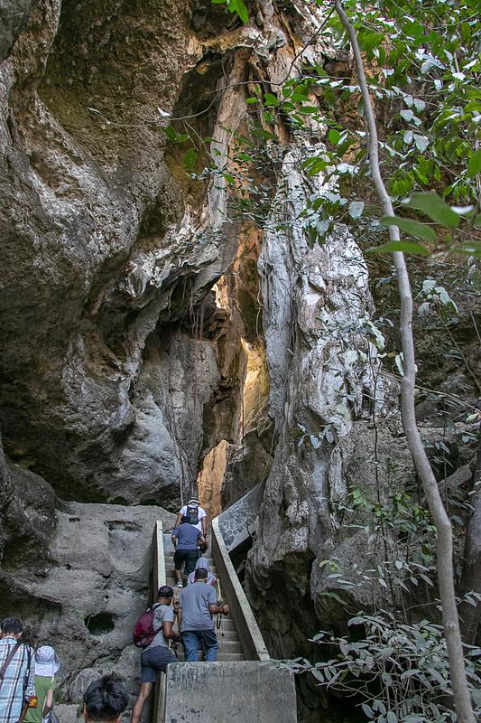 最初は階段もあるが、徐々に岩をよじ登ったり下りたりするようになる