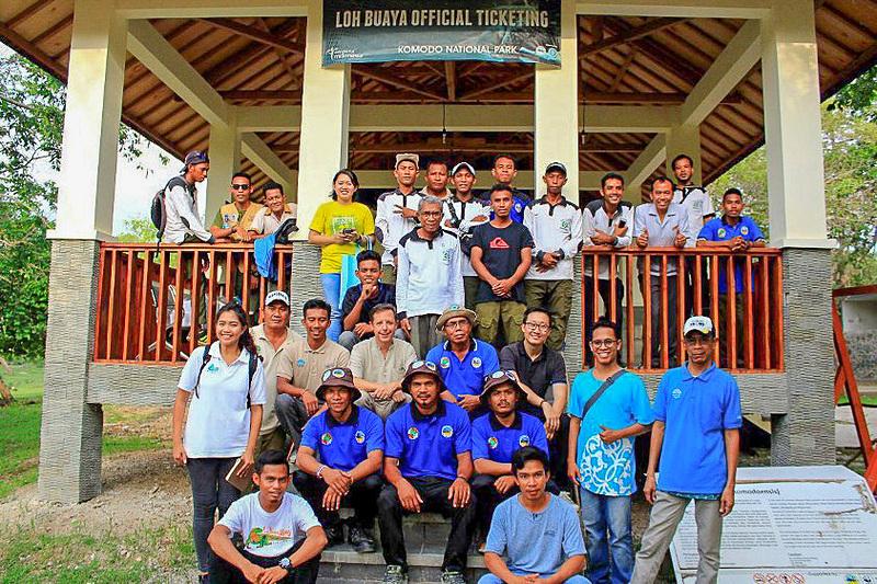 「アヤナ コモド リゾート ワエチチュ ビーチ」は、コモド国立公園のリンチャ島に駐留するレンジャーとガイド計86名に、シャツ・ズボン・ハットの新ユニフォームを寄付。また、パークレンジャーを対象にアヤナリゾートのスタッフが「エクセレント・サービス」と名付けたホスピタリティ研修や、英語レッスンを実施するとしている(写真提供:アヤナリゾート)