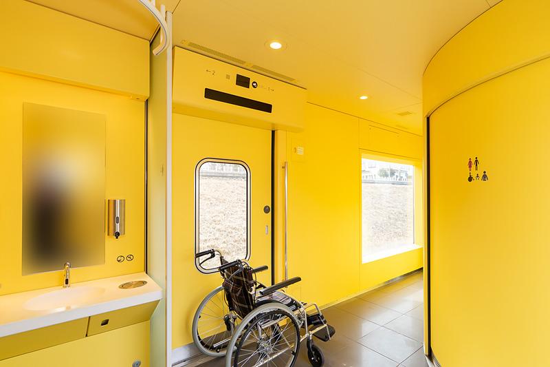 車いすスペースのある1号車のエントランス。左に洗面台と右に多目的トイレ