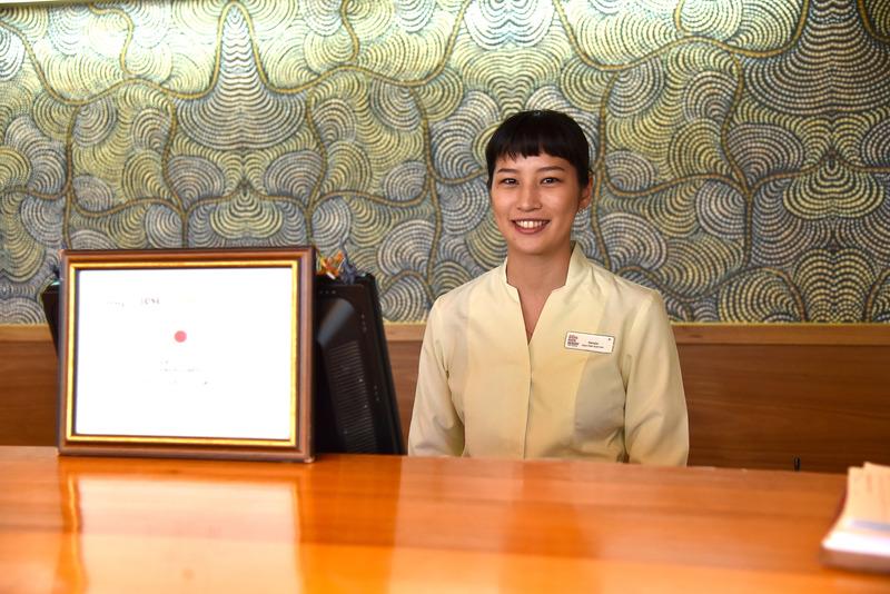 向かって右側に日本語サービスデスクが。スタッフの菜々子さんが笑顔で迎えてくれた