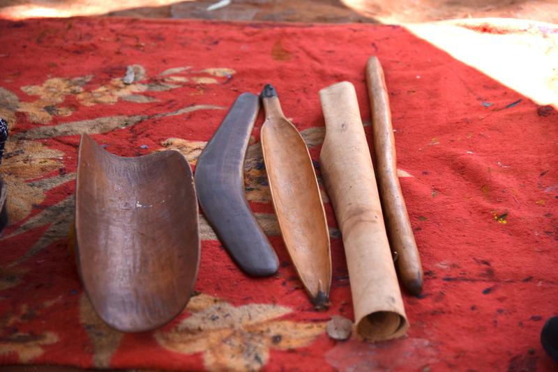 中央は狩りに使うカリ(ブーメラン)とミル。サイドにピティとワナ