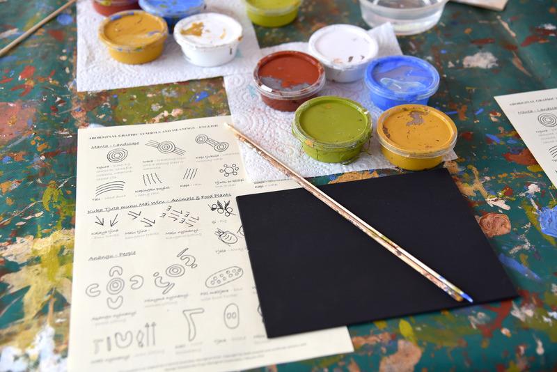 併設される作品制作エリアへ移動し、自分の物語を描く。キャンバスと絵の具&筆一式。モチーフ解説書が置いてある