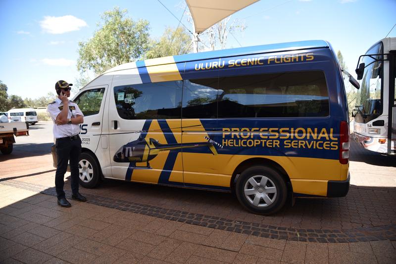 エントランスで専用シャトルバスが迎えてくれる