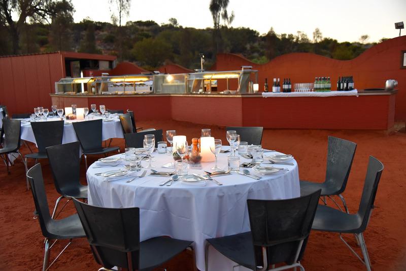 赤と白のコントラストが美しいディナー会場
