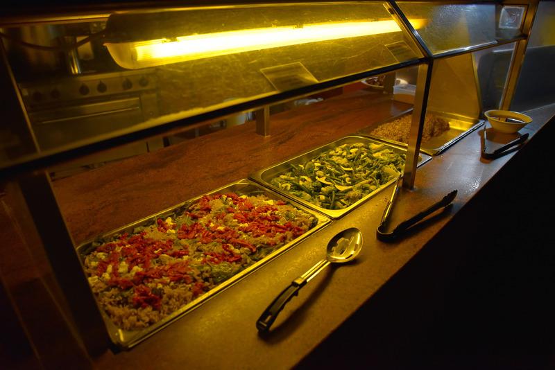 通常のサラダとともに「Braised crocodile, shaved vegetable & fragrant herb salada」も
