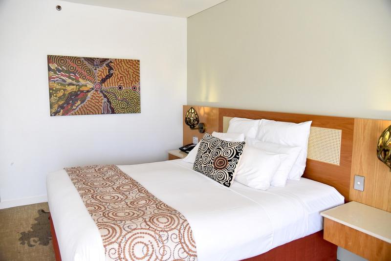 アナング族創世についてのアートが飾られた客室