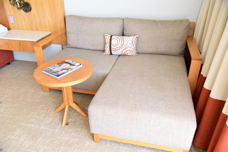 足を伸ばせる大きめのソファ