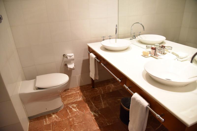 バスルームは洗面台とトイレ、浴槽が1室に集合するタイプ