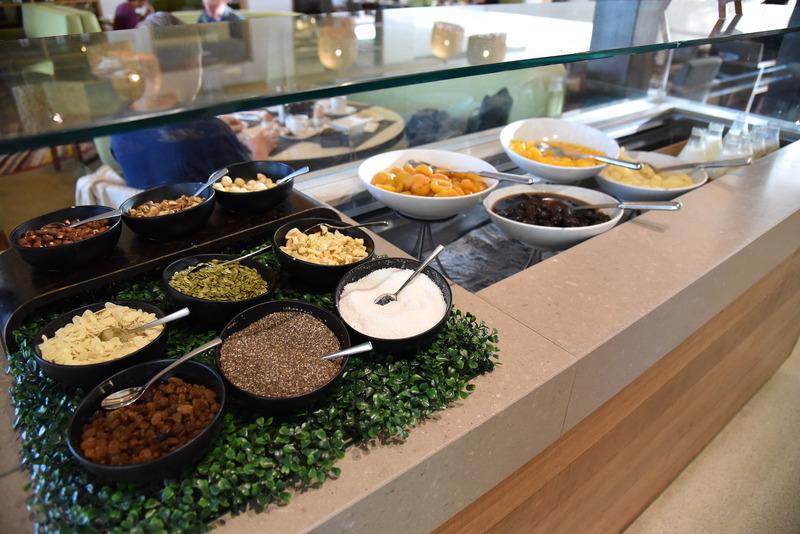 「イルカリ レストラン」のビュッフェ。各ステーションに分かれている。こちらはフルーツやシード類