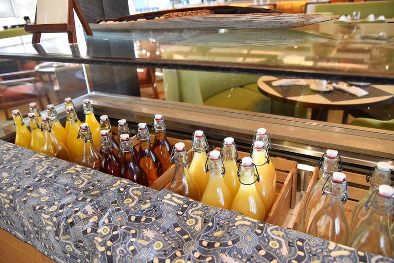 瓶入りのアップルやオレンジジュースが揃う