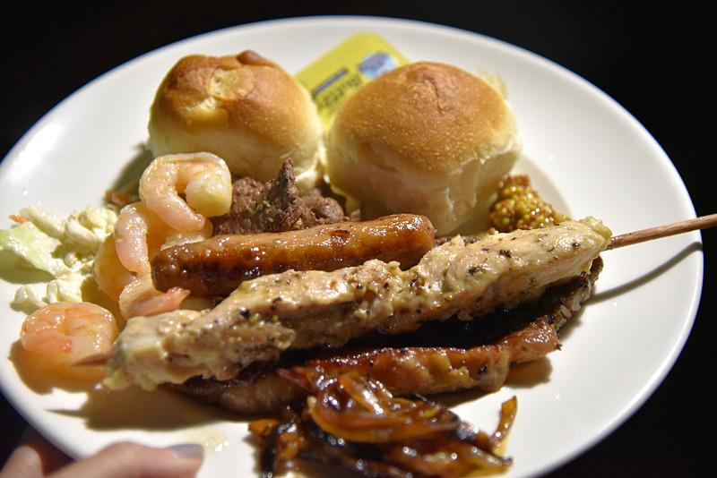 熱々オージービーフのステーキ、羊のソーセージ、チキン、海老のにんにく炒めなどお好みでお皿に