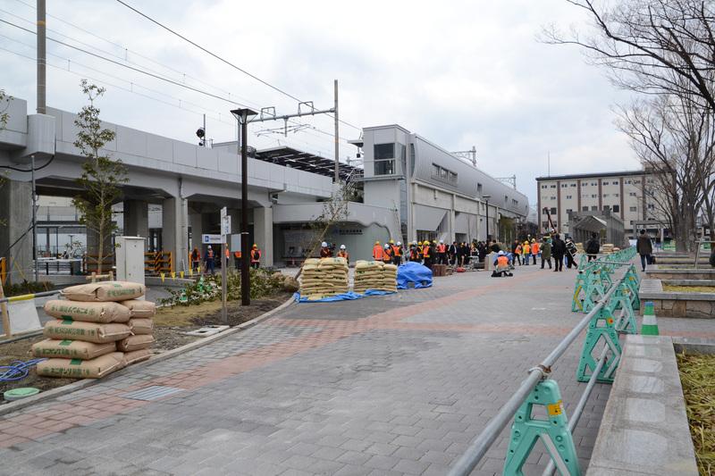 京都鉄道博物館のゲート前から駅を見たところ。外壁が丸みを帯びたデザインになっている