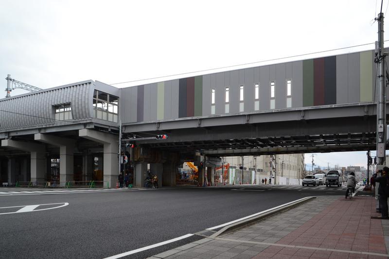 京都の街並みの「縦格子・縦縞」と京友禅反物の「縦長矩形」がデザインされた七条通り架道橋
