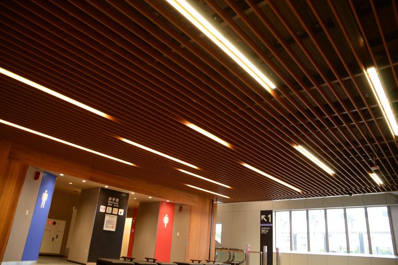 天井にも木質系の素材を用いて、内装に統一感を持たせている。照明は埋め込むことで柔らかい光を演出