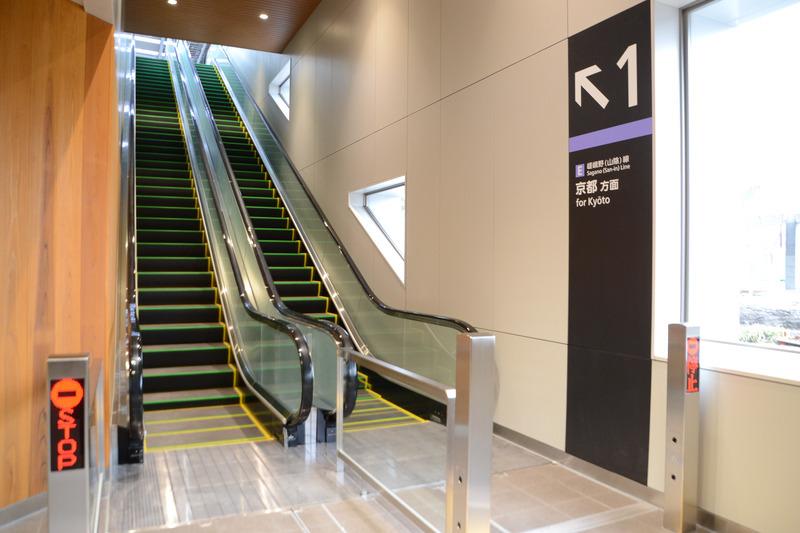 1番線 京都方面ホーム行きエスカレータ