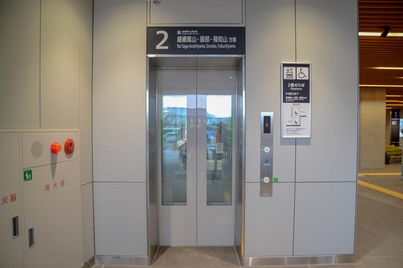 2番線 嵯峨嵐山・園部・福知山方面ホーム行きエレベータ