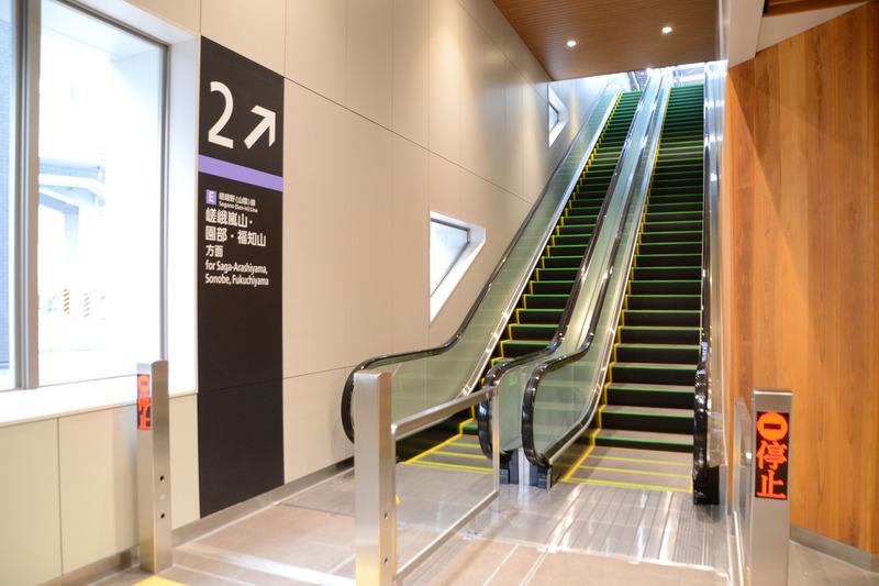 2番線 嵯峨嵐山・園部・福知山方面ホーム行きエスカレータ