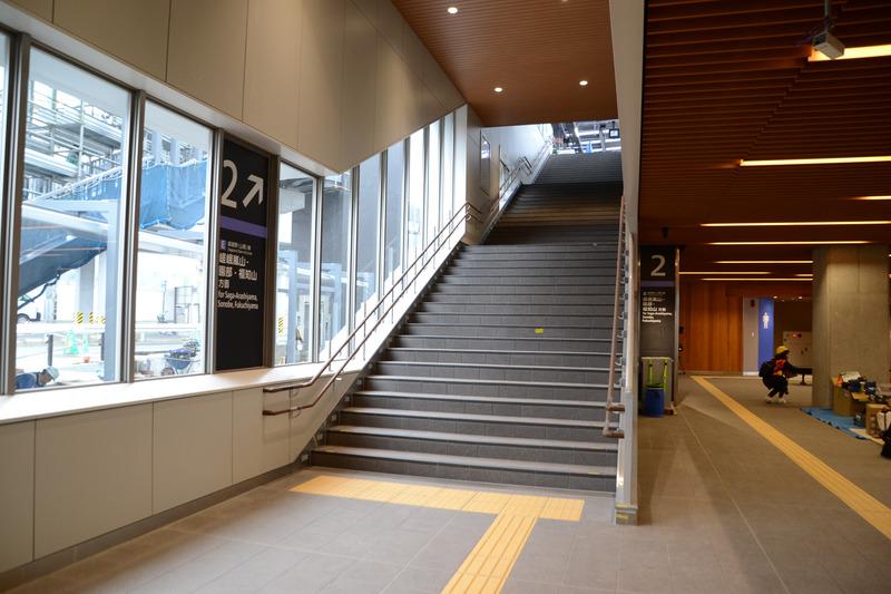 2番線 嵯峨嵐山・園部・福知山方面ホーム行き階段。大きな窓があり景色も楽しめる