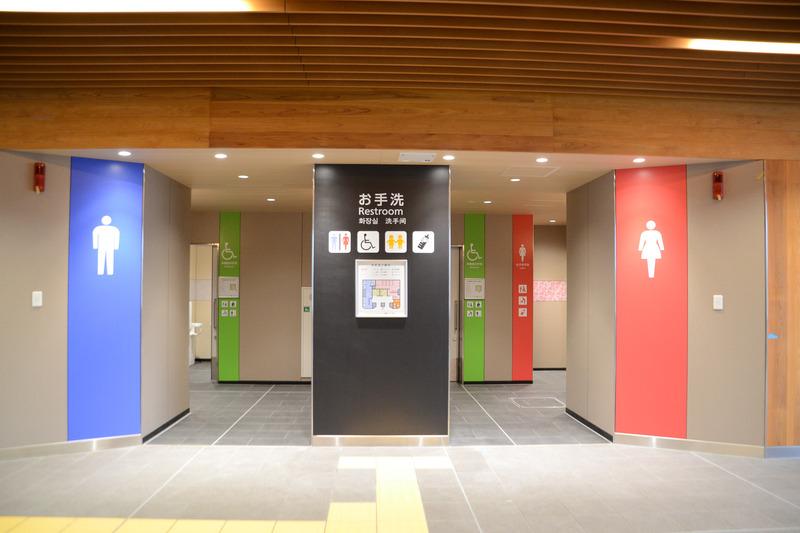 トイレは男性用/女性用のほか、多機能トイレ(2か所)、子供用トイレや授乳室を設けている