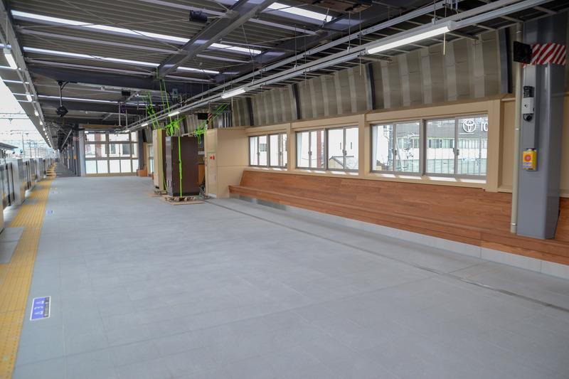 窓が多く、木製のベンチが設置されている