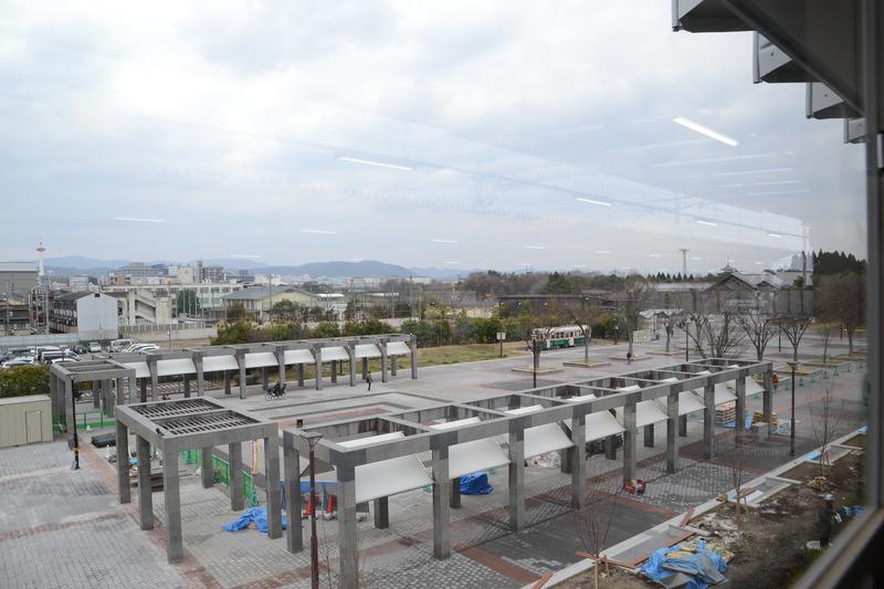 1番線ホームの窓から見た眺め。京都タワーや奥には水族館も見える