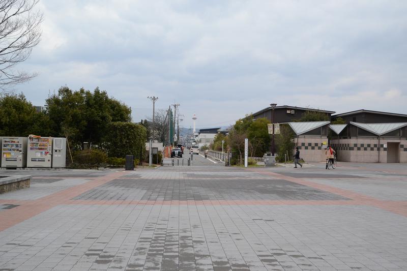 駅を背にすると、正面には京都タワーが見える