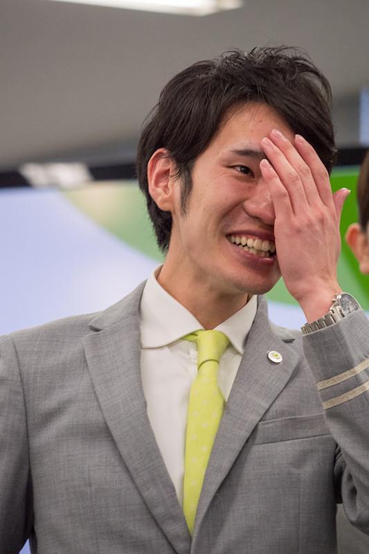 グランプリを獲得した羽田空港の瀬尾槙人氏。同じ羽田空港からの出場者も祝福