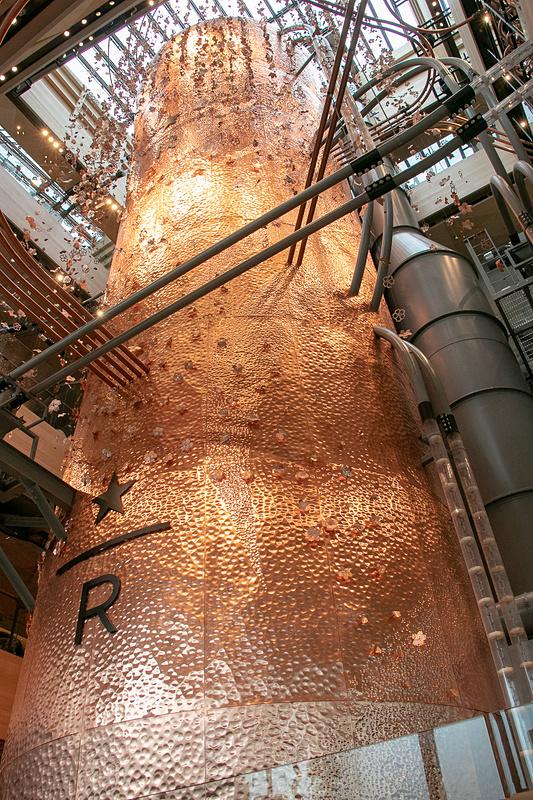 全長約17mと、世界5店舗の「スターバックス リザーブ ロースタリー」で一番背が高いキャスク(店内で焙煎したコーヒー豆の熟成・貯蔵庫)。建物の4階まで突き抜けている