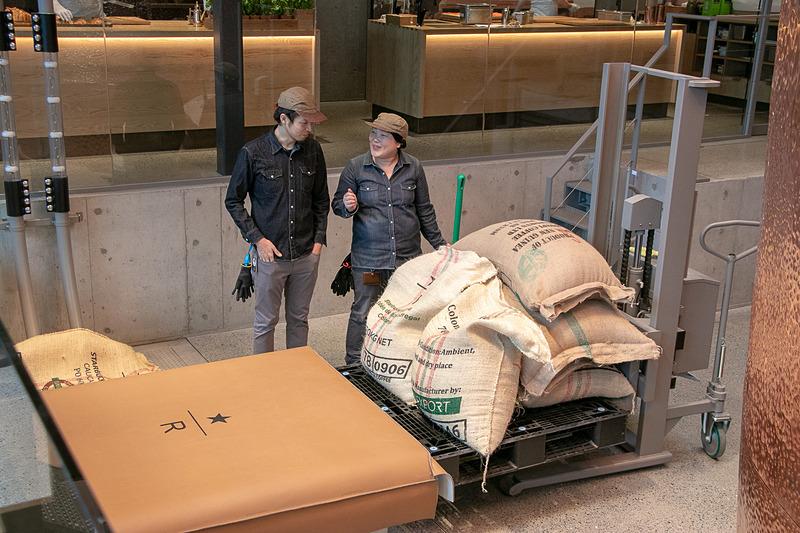 地下に生豆の倉庫があり、焙煎する際には1階に運ぶ