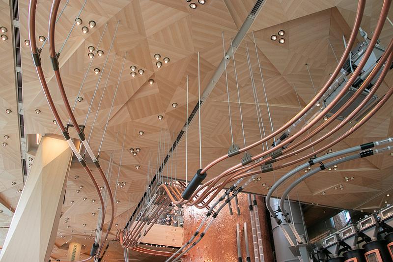天井のデザインは日本の折り紙をモチーフに