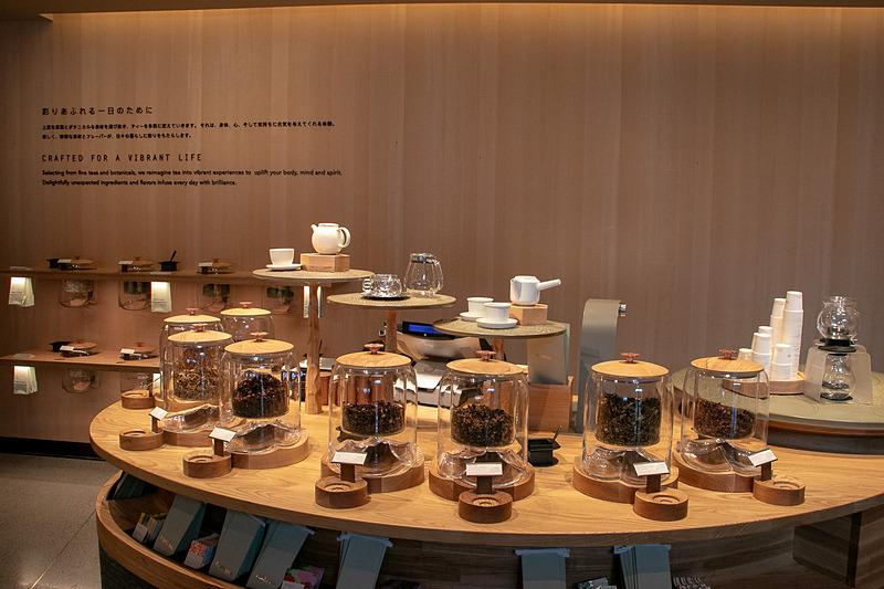 お茶を使ったさまざまなビバレッジやフードを楽しみ、関連グッズを購入できる