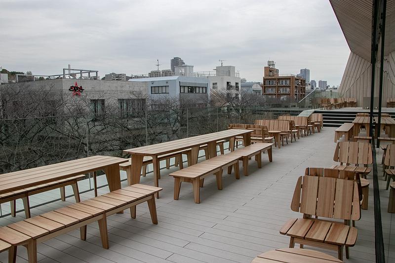 テラスは縁側をイメージしており「縁側でコーヒーやアルコール、目黒川の流れや桜を楽しんでもらえたら」」と隈氏は語った
