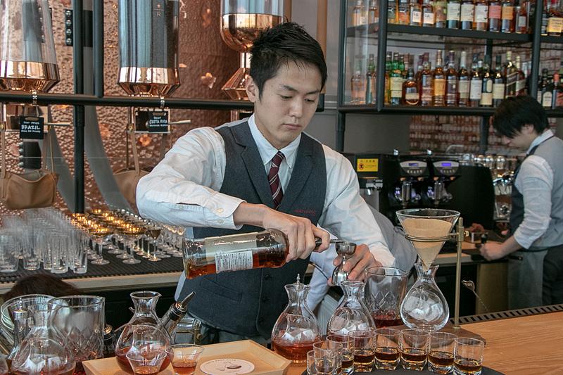アルコールも含めた「スターバックス リザーブ ロースタリー東京」ならではのビバレッジや、お酒に合うフードを楽しめる