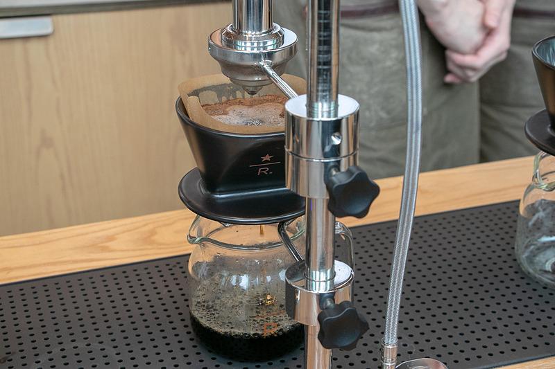 コーヒーの焙煎など各分野の訓練を受けた約250名のパートナー(店舗スタッフ)がサービスを提供する