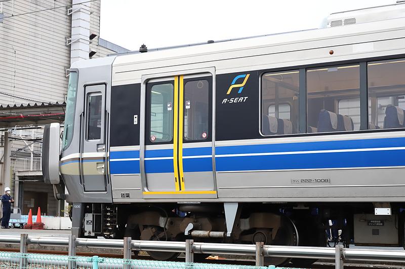 「Aシート」車両の姫路(網干)方ドア付近。黄色のラインで開閉扉とステップ部分を強調しており、安全性にも寄与する