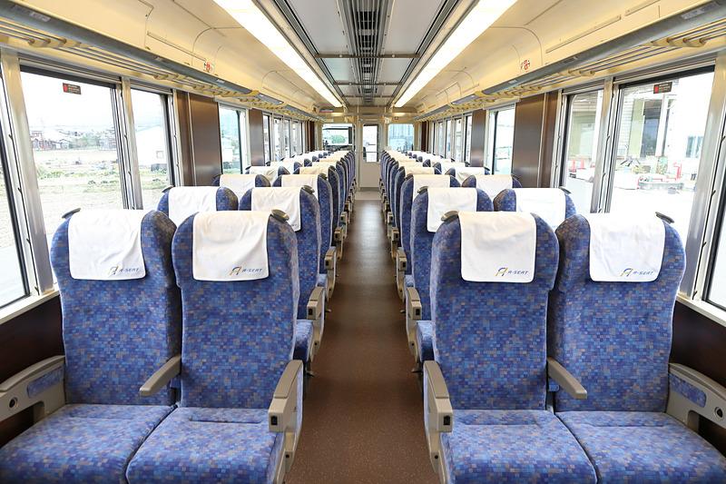 有料座席は2列+2列。リクライニング機能、回転機能、AC100V電源が備わる