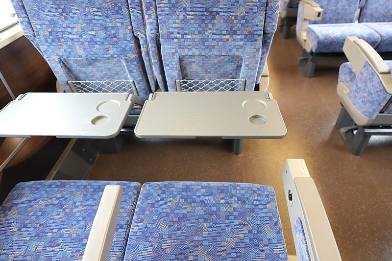 テーブルは大型で、A4サイズのPCとドリンクが置ける広さ