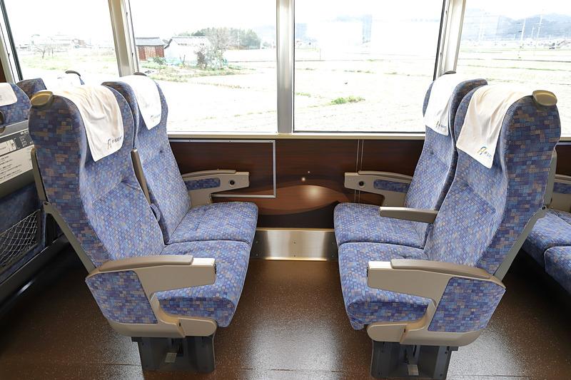 座席を回転させ対面とすることで、家族やグループでの利用シーンにも対応