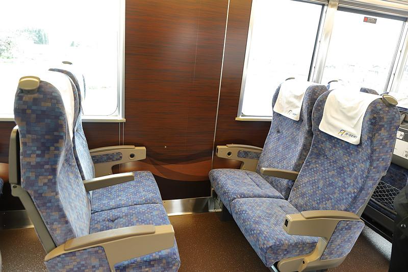 従来3つある乗降扉のうち車両中央部の扉を閉鎖したため、その部分は窓がなく外が見づらい
