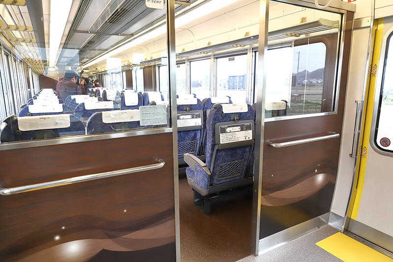 姫路(網干)方、つまり運転台のすぐ後ろの客室仕切。ガラス張りのため空席状況が見渡しやすく、また着座エリアの静音性にも寄与