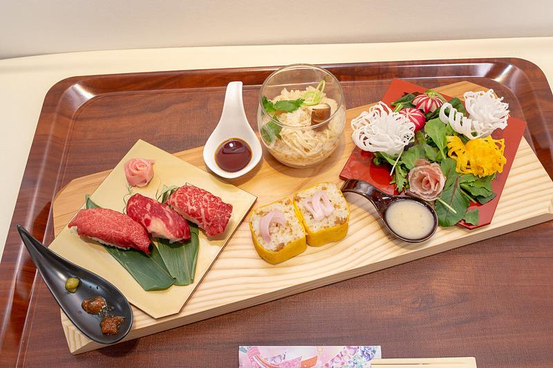 栃木の牛肉寿司三昧、いっこく野州どりの巻き寿司、香鶏(かおりどり)のスープご飯、大谷の生ハムと新鮮野菜の花畑盛り