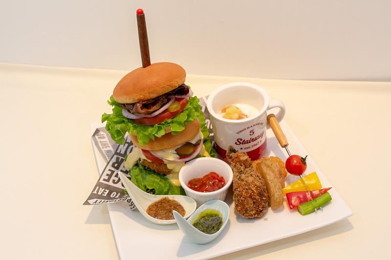 前沢牛ハンバーガー、メンチカツバーガー、カリカリチキン、鱈フライ、フライドポテト、ヨーグルト リンゴソース、野菜スティック、ディップソース