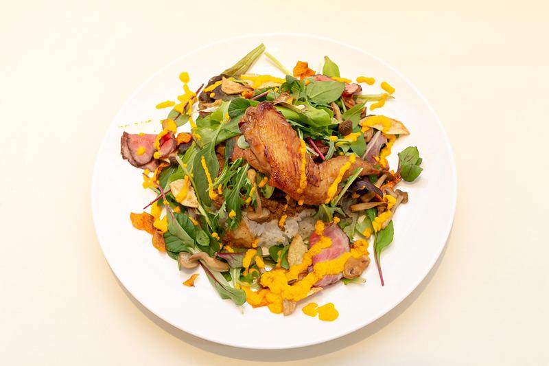 ドライカレー、ごはん、赤城鶏の手羽先(2個)、グリーンリーフとローストビーフのサラダ、根菜とマッシュルームの薄揚げ