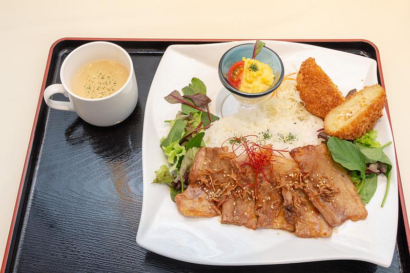 バラ肉の焼き肉、ご飯、カマンベールコロッケ、ベビーリーフとミニトマトと卵サラダ、インカのめざめポタージュ