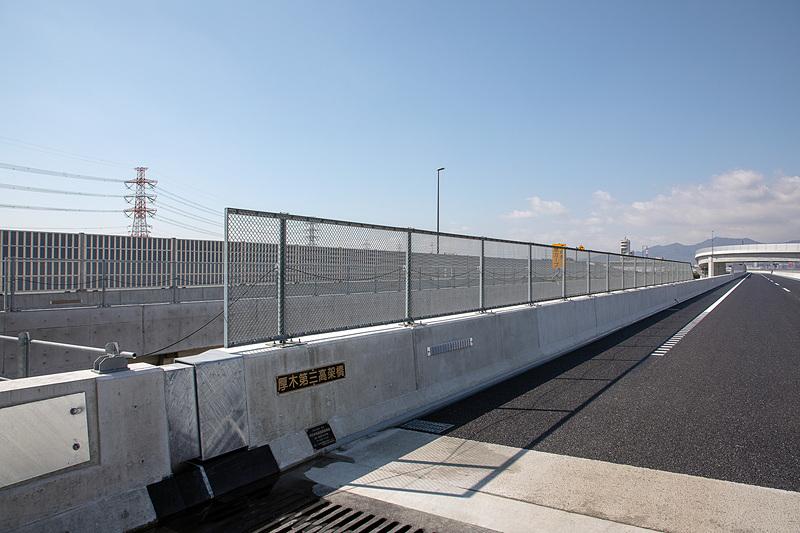 網のフェンスは橋梁の下に道路や鉄道などがある部分に使われている。落下防止の対策も取られている