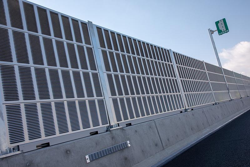 こちらは遮音用のフェンス。住宅が近い部分に使われる