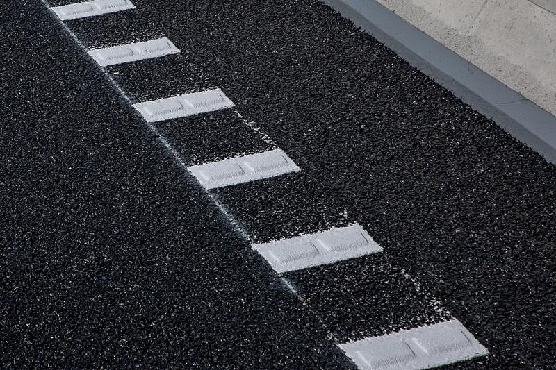 道路の両サイドには高輝度レーンマークがある。盛り上がっているので乗り上げると振動と音でドライバーに注意喚起する